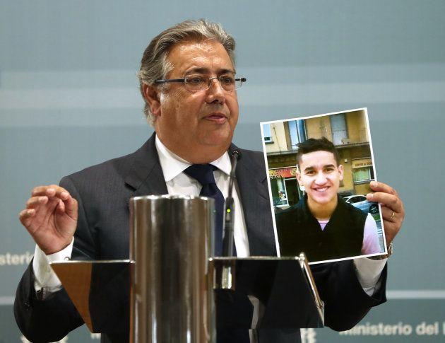 El ministro del Interior, Juan Ignacio Zoido, muestra la foto de Younes Abouyaaqoub, identificado como...