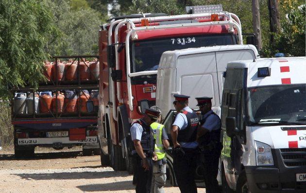 Un camión retira parte del centenar de bombonas de butano halladas en el chalet de Alcanar, ayer