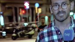 La camiseta del joven que se coló en el directo de TVE tras el atentado de Barcelona se dispara en