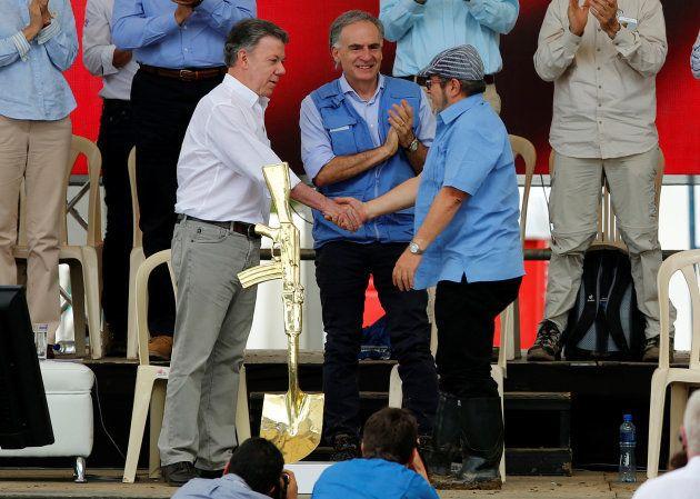 Rodrigo Londoño, líder de las FARC, y Juan Manuel Santos, presidente de Colombia, en el acto de abandono...