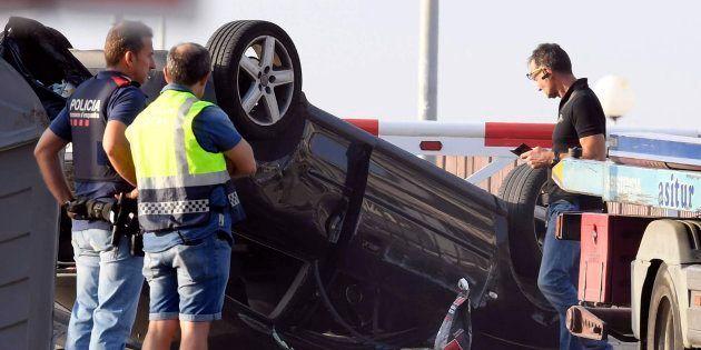 Policías junto al Audi A3 con el que cinco terroristas irrumpieron en