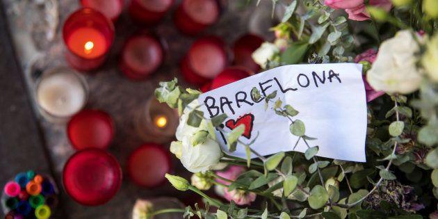 Velas, flores y mensajes para las víctimas, acumuladas de forma espontánea ante el Centro Cultural Blanquerna,...