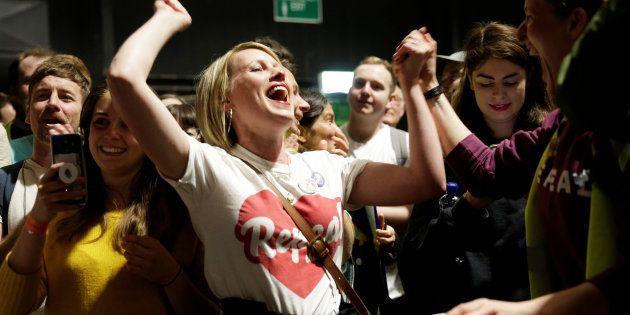 Activistas por el sí celebran la victoria en Dublín,
