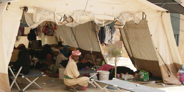 Carpa médica con pacientes de cólera en el centro de tratamiento de cólera de MSF en una escuela en Abs,...