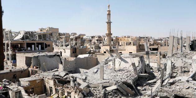 Edificios destrozados tras los ataques contra el Estado Islámico en Raqqa (Siria), en una imagen del...