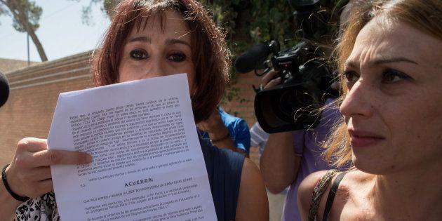 Juana Rivas muestra la decisión provisional del juez de Granada, que le permite estar libre y con sus