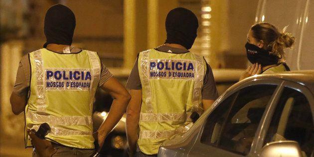 Agentes del GEI (Grupo Especial de Intervención) de los Mossos d'Esquadra, anoche durante el registro...
