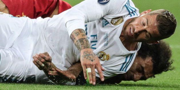 Ramos y Salah, tras chocar en la final de la