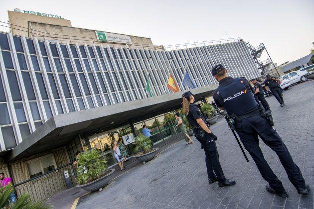 Agentes de Policía, en el exterior del hospital sevillano de Valme, tras el