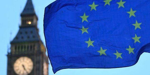 Imagen de archivo de una bandera de la UE junto al Big