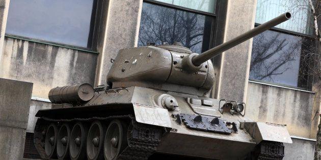 Tanque soviético en un museo al aire