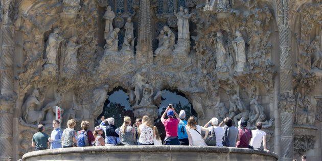 Un grupo de turistas visita el templo de la Sagrada Familia en Barcelona, la pasada Semana