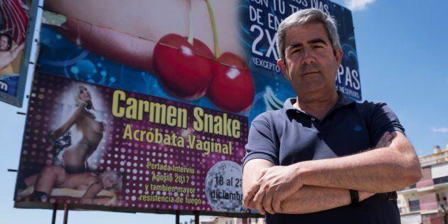 El portavoz de Izquierda Unida en el Ayuntamiento de Lepe (Huelva), Carmelo Cumbreras, posa delante del...