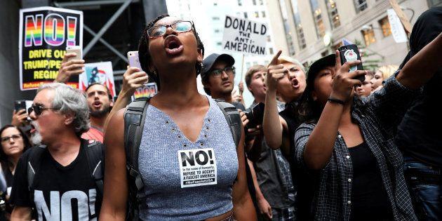 Un grupo de manifestantes gritan lemas antirracistas durante una protesta ante la Torre Trump de Nueva...