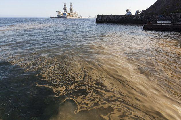 Masa de microalgas o cianobacterias en la playa de Valleseco, en Santa Cruz de