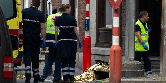 La policía custodia uno de los cuerpos, en las calles de
