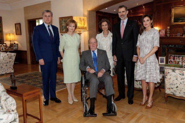 El Rey Juan Carlos posa en silla de ruedas en el almuerzo con la princesa de