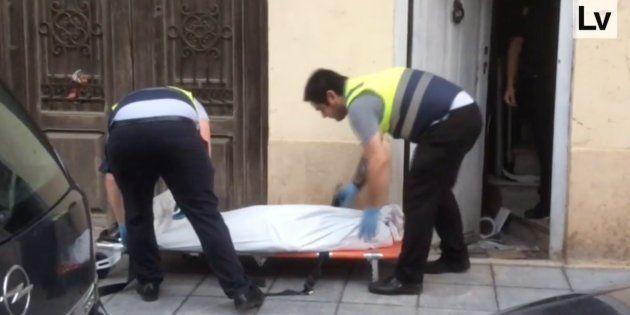 Captura del vídeo del diario 'Levante', en la que se ve a los operarios trasladando el cuerpo de María...