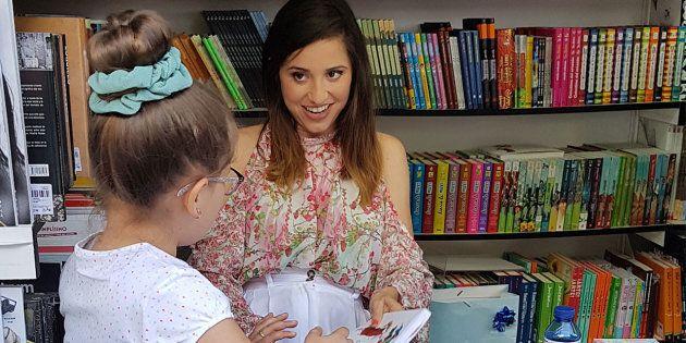 Una niña pide la firma de Verónica Díaz @ModaJustCoco por su libro 'Cuentos de miles de millones de sonrisas....