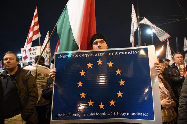 Un simpatizante europeo protesta contra el gobierno del ultraderechista Viktor Orban en Hungría, el pasado