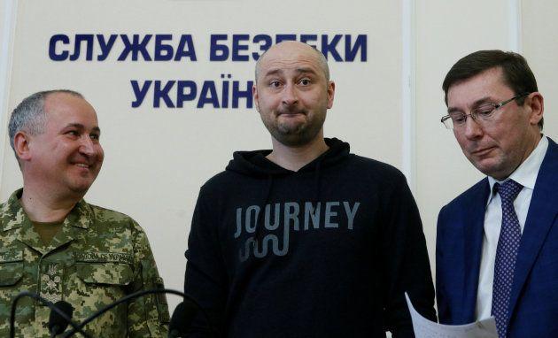 Babchenko, en el centro, durante la rueda de