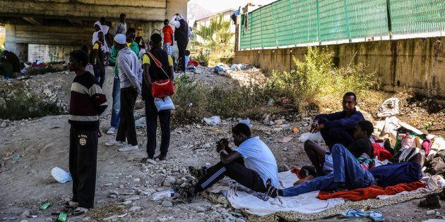 Refugiados de Sudán, Somalia y Etiopía, viviendo bajo un puente en Ventimiglia, esperando para cruzar...