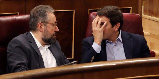 El líder de Ciudadanos, Albert Rivera, conversa con el portavoz parlamentario de Ciudadanos, Juan Carlos