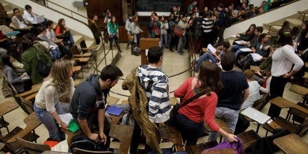 Un grupo de estudiantes abandona un aula en la Ciudad Universitaria de Madrid, en una imagen de