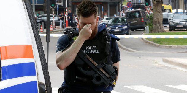 Un policía, apesadumbrado en el lugar el atentado de