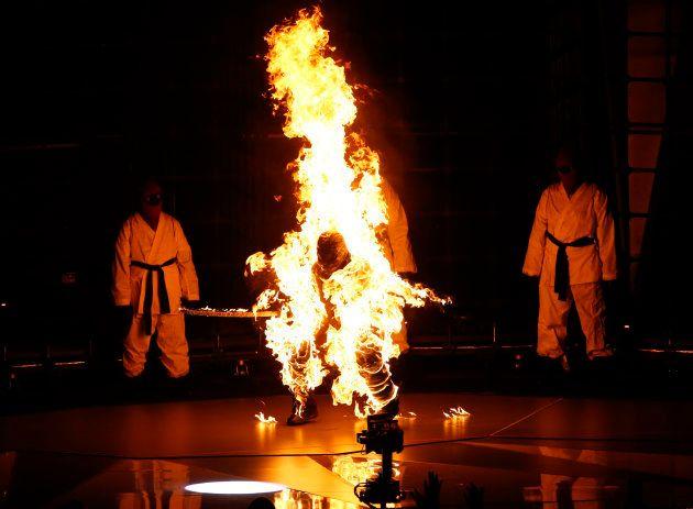 Un bailarín en llamas en la actuación de Kendrick Lamar en los MTV