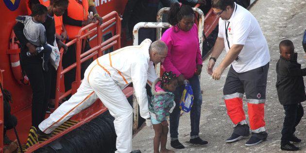 Llegada al puerto de Tarifa de los 54 inmigrantes -entre ellos 16 mujeres y cinco menores-, que fueron...