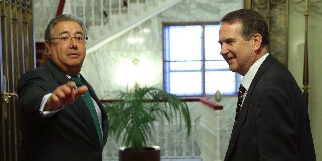 El ministro del Interior, Juan Ignacio Zoido (izquierda), y el presidente de la Federación Española de...