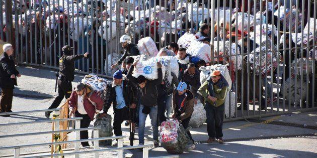 Porteadores marroquíes cruzando El Tarajal, en una imagen de