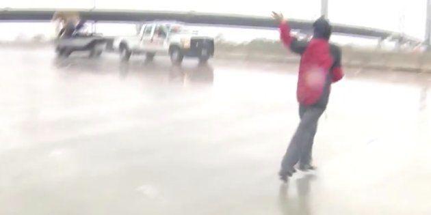 Una reportera ayuda a rescatar a un hombre atrapado en una riada sin dejar el directo que estaba