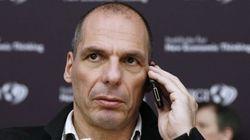 Un grupo de anarquistas insulta a Varoufakis en un