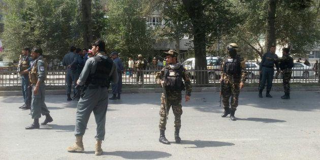 Las fuerzas de seguridad montan guardia cerca del lugar de la
