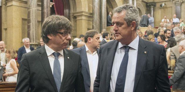 Joaquim Forn (derecha), y Carles Puigdemont, tras el pleno del Parlament en homenaje a las víctimas de...