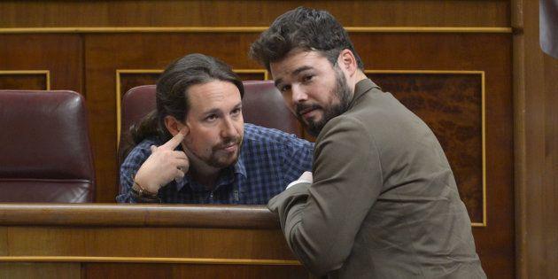 Pablo Iglesias y Gabriel Rufián charlan en el