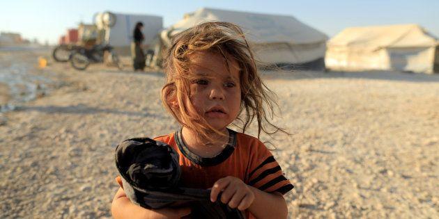 Un niña refugiada, residente en Raqqa y ahora acogida en el campo de in Ain Issa, al norte de su
