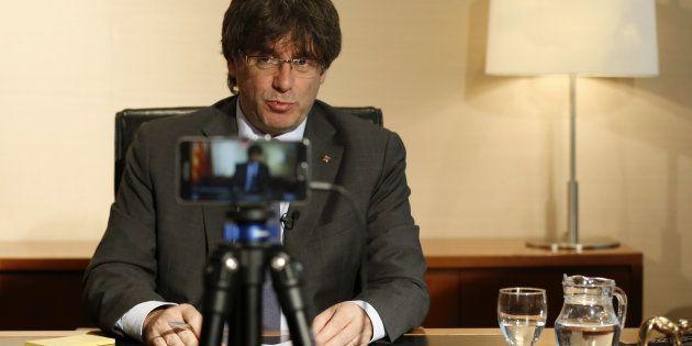 El president de la Generalitat, Carles Puigdemont, responde a través de Facebook Life las preguntas que...
