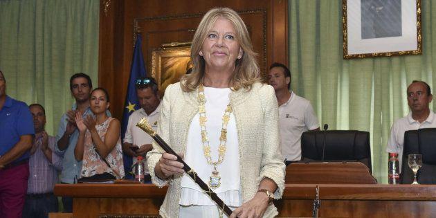 La nueva alcaldesa de Marbella, Ángeles Muñoz, con el bastón de mando de la ciudad, tras jurar su