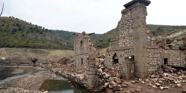 Un pueblo sumergido en 1960 en un embalse de La Rioja resurge de las aguas por la