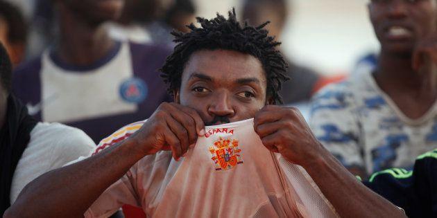 Un subsahariano besa la camiseta de la selección española tras ser rescatado y llegar sano y salvo al...