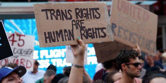 Protesta en Times Square, Nueva York, contra el veto de Trump a los transexuales en el Ejército, el pasado...