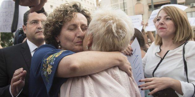 Paqui Granados y Maite Sanz, asesora judicial y psicóloga de Juan Rivas respectivamente, a su llegada...