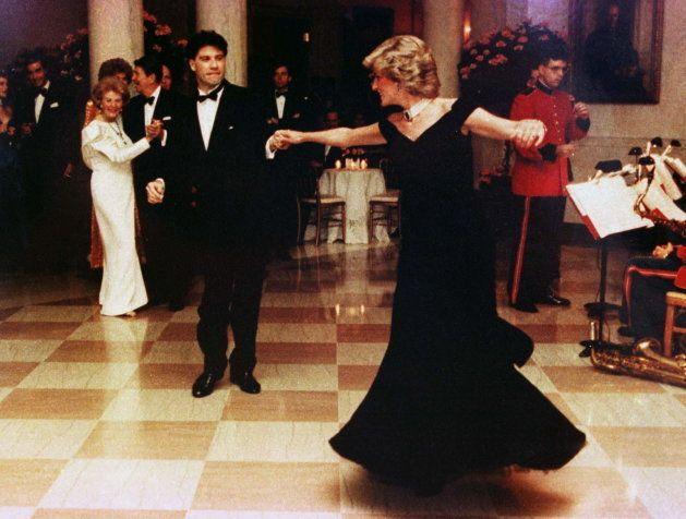 Diana baila con John Travolta en la Casa Blanca, el 9 de noviembre de 1985. El vestido diseñador por...