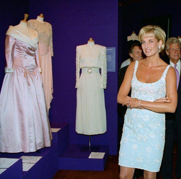 La princesa con un vestido de tirantes de Catherine Walker en el cóctel previo a la subasta de sus vestidos...