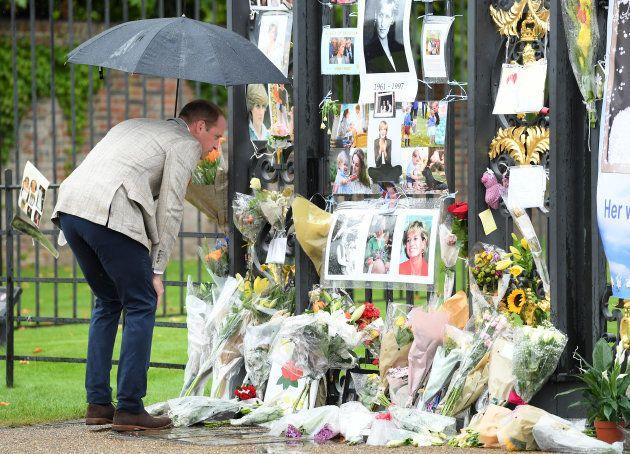 El príncipe Guillermo observa el homenaje a Diana en las vallas del palacio de Kensington, en