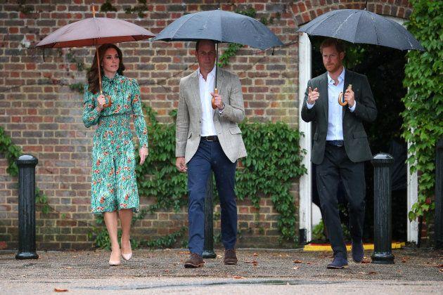 Kate , Guillermo y Harry visitan el memorial de Diana en el palacio de