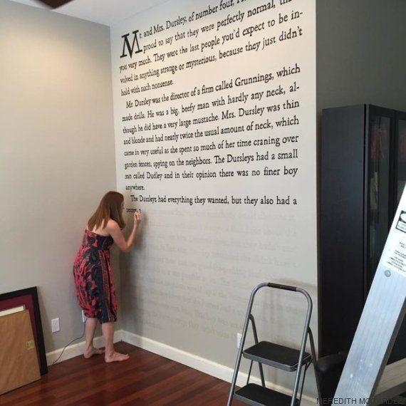 Esta fan de Harry Potter decora la pared de su casa con las páginas de 'La piedra